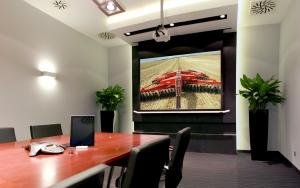 wyposażenie multimedialne sali konferencyjnej